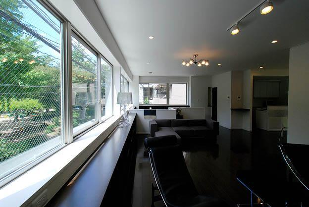 『K邸REFORM』モダンスタイリッシュな住まいの写真 連続窓より光の差し込むリビング-2