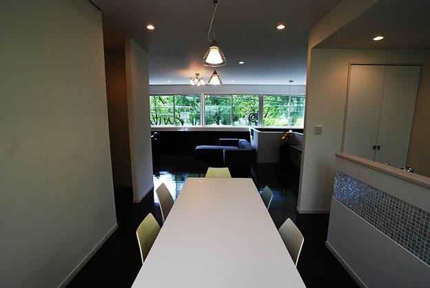 『K邸REFORM』モダンスタイリッシュな住まいの部屋 リビングと緩やかにつながるDK