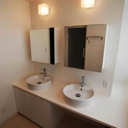 『K邸REFORM』モダンスタイリッシュな住まい (2つのシンクが並ぶ洗面室)