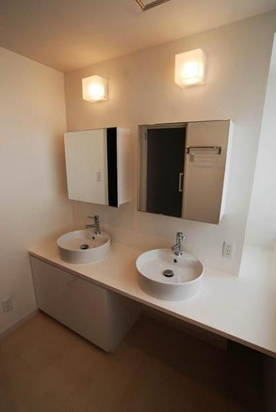 2つのシンクが並ぶ洗面室 (『K邸REFORM』モダンスタイリッシュな住まい)