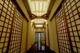 『三つ屋根の家』開放感と一体感に溢れる住まい (和モダンな玄関ホール)