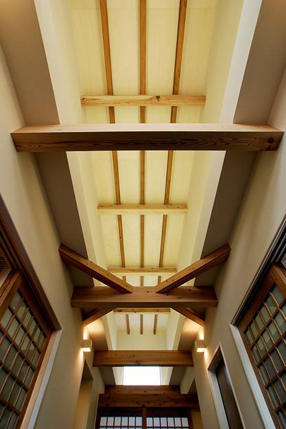 『三つ屋根の家』開放感と一体感に溢れる住まい (ホール天井)