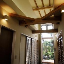 『三つ屋根の家』開放感と一体感に溢れる住まい (明るい光の差し込むホール)