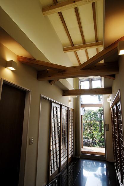 『三つ屋根の家』開放感と一体感に溢れる住まいの部屋 明るい光の差し込むホール