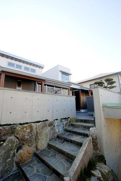『三つ屋根の家』開放感と一体感に溢れる住まい (三つ屋根の家外観)