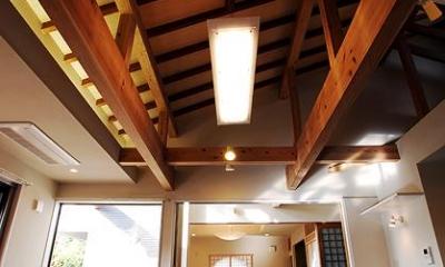 片流れ天井のリビングダイニング 『三つ屋根の家』開放感と一体感に溢れる住まい