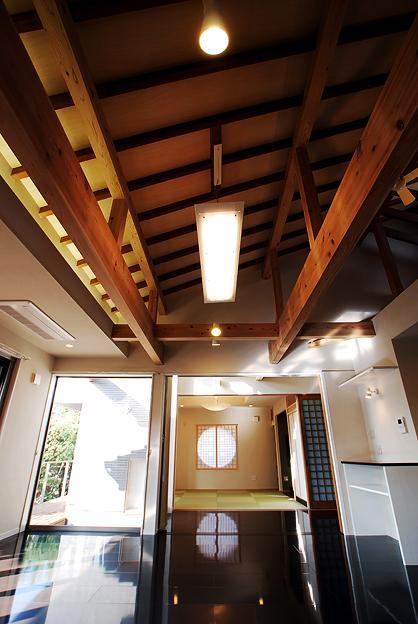『三つ屋根の家』開放感と一体感に溢れる住まいの部屋 片流れ天井のリビングダイニング