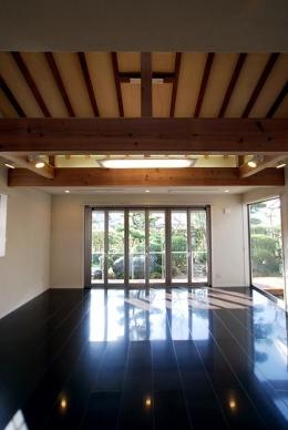 『三つ屋根の家』開放感と一体感に溢れる住まい (庭との一体感のあるリビングダイニング)