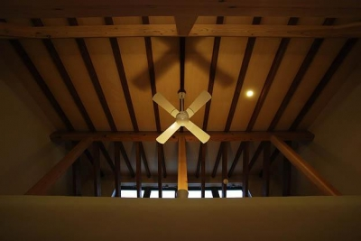 『三つ屋根の家』開放感と一体感に溢れる住まい (リビングダイニング天井)