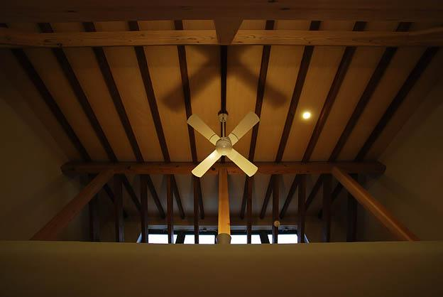 『三つ屋根の家』開放感と一体感に溢れる住まいの部屋 リビングダイニング天井