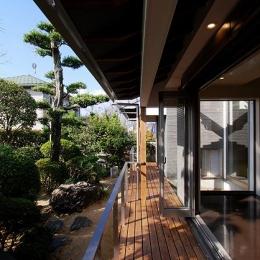 『三つ屋根の家』開放感と一体感に溢れる住まい (開放的な縁側テラス)