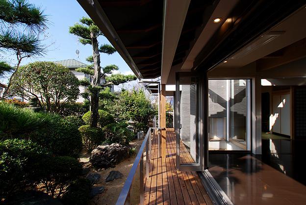 『三つ屋根の家』開放感と一体感に溢れる住まいの部屋 開放的な縁側テラス