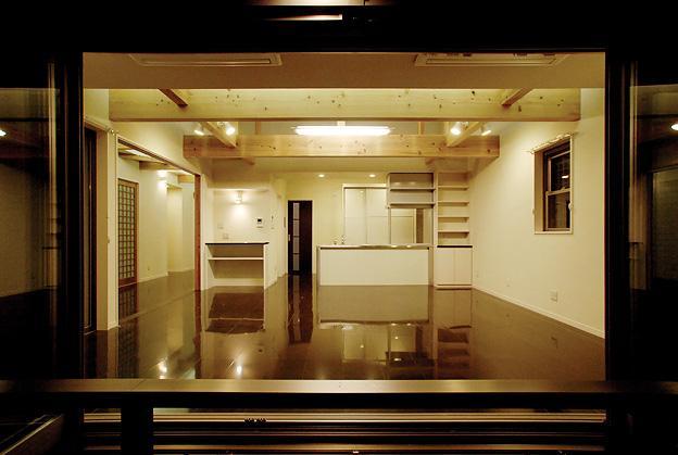 『三つ屋根の家』開放感と一体感に溢れる住まい (縁側テラスよりLDKを見る)