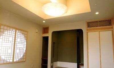 『三つ屋根の家』開放感と一体感に溢れる住まい (丸窓がアクセントの和室-1)