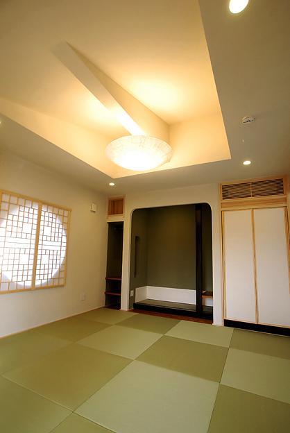 『三つ屋根の家』開放感と一体感に溢れる住まいの部屋 丸窓がアクセントの和室-1