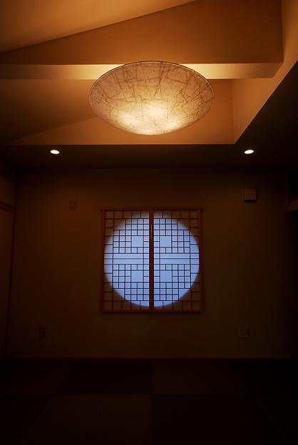 『三つ屋根の家』開放感と一体感に溢れる住まい (丸窓がアクセントの和室-2)