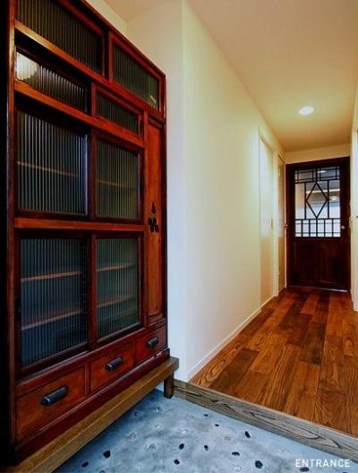 洗い出し仕上げの玄関土間 (『350 WASABI』和の素材がピリッと際立つモダンな空間)