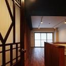 『350 WASABI』和の素材がピリッと際立つモダンな空間の写真 LDK入口-オリジナルドア