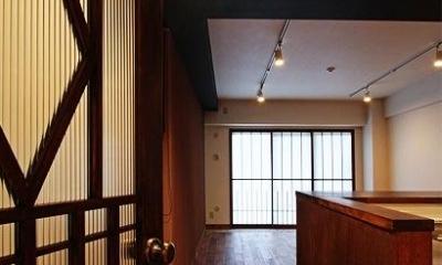 『350 WASABI』和の素材がピリッと際立つモダンな空間 (LDK入口-オリジナルドア)