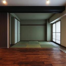 『350 WASABI』和の素材がピリッと際立つモダンな空間-リビングより和室を見る