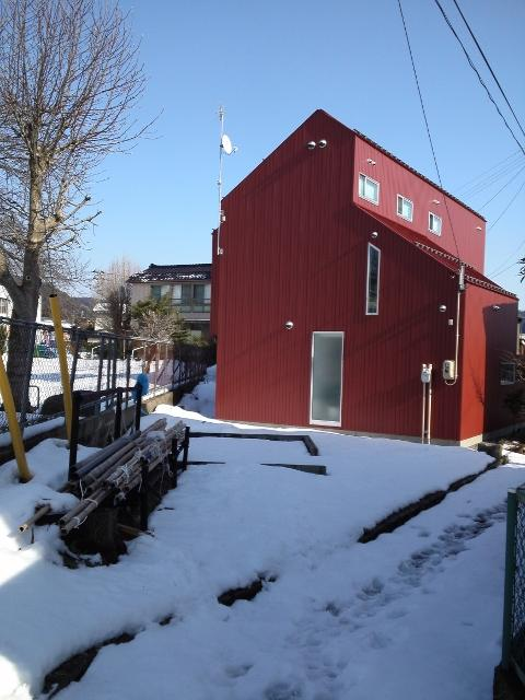 『青海町の家』スタイリッシュなアトリエ兼用住宅の写真 赤い家外観