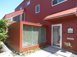 『青海町の家』スタイリッシュなアトリエ兼用住宅 (アプローチ・ガラスの玄関ドア)