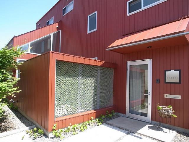 『青海町の家』スタイリッシュなアトリエ兼用住宅の写真 アプローチ・ガラスの玄関ドア
