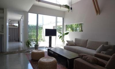『青海町の家』スタイリッシュなアトリエ兼用住宅 (明るい吹き抜けリビング-1)