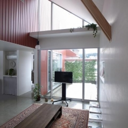 『青海町の家』スタイリッシュなアトリエ兼用住宅 (明るい吹き抜けリビング-2)