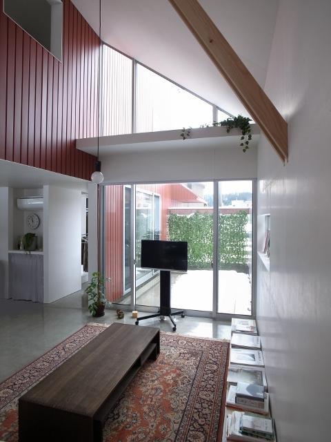 『青海町の家』スタイリッシュなアトリエ兼用住宅の写真 明るい吹き抜けリビング-2