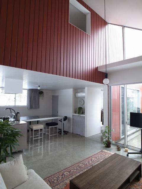 『青海町の家』スタイリッシュなアトリエ兼用住宅の写真 吹き抜けのLDK