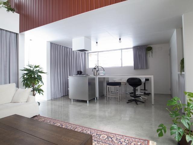 『青海町の家』スタイリッシュなアトリエ兼用住宅の写真 リビングよりダイニングキッチンを見る