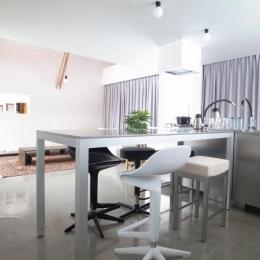 『青海町の家』スタイリッシュなアトリエ兼用住宅 (スタイリッシュなダイニングキッチン)
