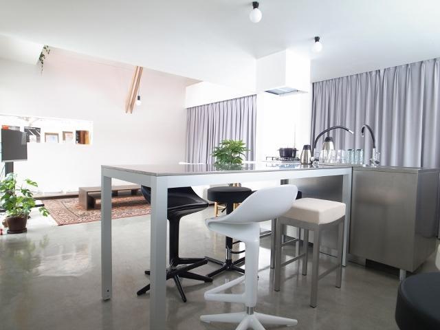 『青海町の家』スタイリッシュなアトリエ兼用住宅の写真 スタイリッシュなダイニングキッチン