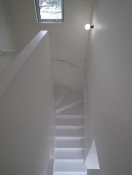 『青海町の家』スタイリッシュなアトリエ兼用住宅 (白で統一された階段室)