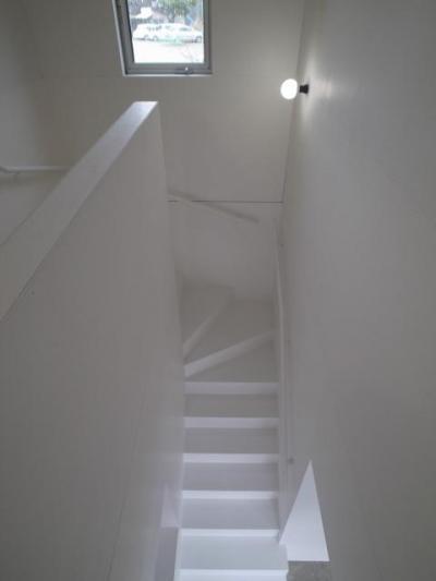 白で統一された階段室 (『青海町の家』スタイリッシュなアトリエ兼用住宅)