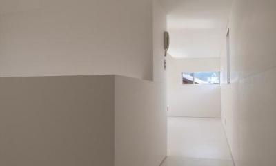 『青海町の家』スタイリッシュなアトリエ兼用住宅 (白で統一された2階ホール)