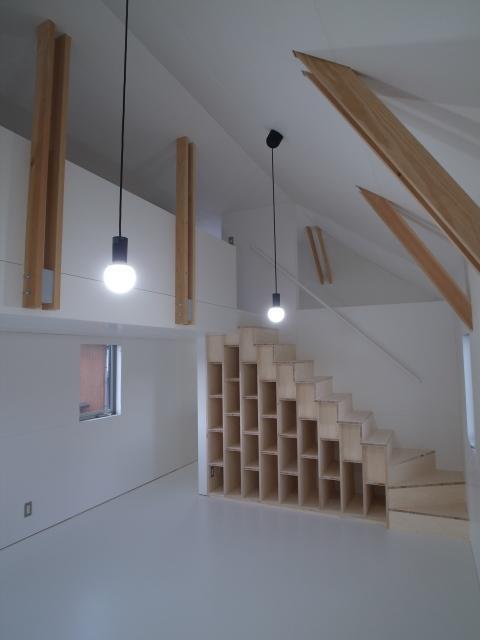 『青海町の家』スタイリッシュなアトリエ兼用住宅の写真 真っ白なアトリエ空間