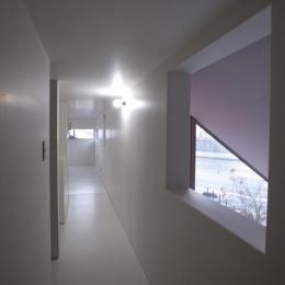 2階廊下 (『青海町の家』スタイリッシュなアトリエ兼用住宅)