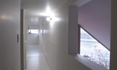 『青海町の家』スタイリッシュなアトリエ兼用住宅 (2階廊下)