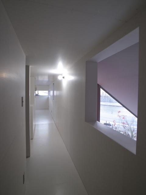 『青海町の家』スタイリッシュなアトリエ兼用住宅の写真 2階廊下