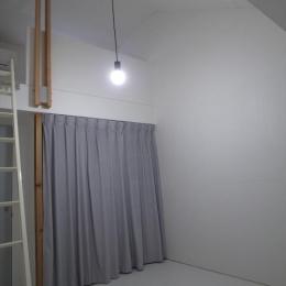 ロフト付きの寝室-1 (『青海町の家』スタイリッシュなアトリエ兼用住宅)
