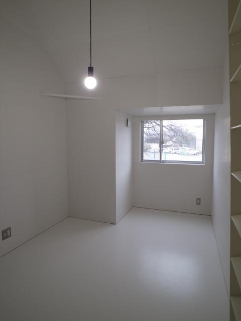 『青海町の家』スタイリッシュなアトリエ兼用住宅の写真 ロフト付きの寝室-2