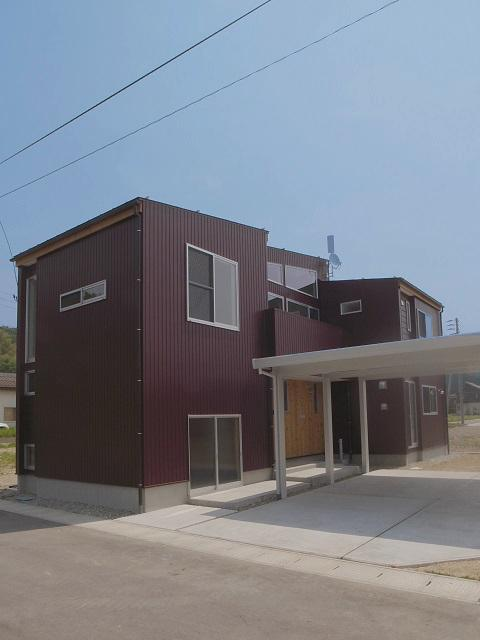 『八幡の家』シンプルナチュラルな住まいの部屋 ワインレッドの外観