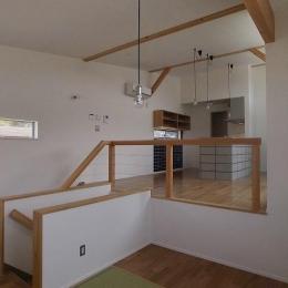 『八幡の家』シンプルナチュラルな住まい (畳スペースよりLDKを見る)