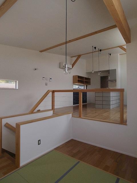 『八幡の家』シンプルナチュラルな住まいの部屋 畳スペースよりLDKを見る