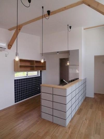黒タイルがアクセントのキッチン-1 (『八幡の家』シンプルナチュラルな住まい)
