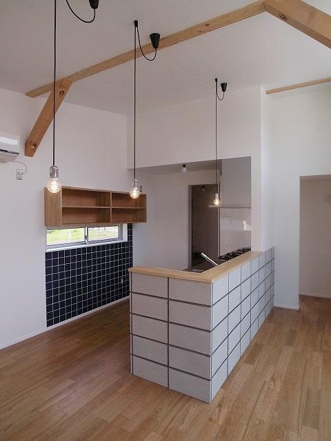 『八幡の家』シンプルナチュラルな住まいの部屋 黒タイルがアクセントのキッチン-1