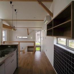 『八幡の家』シンプルナチュラルな住まい (黒タイルがアクセントのキッチン-2)