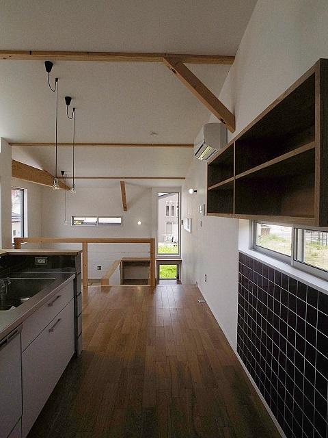 『八幡の家』シンプルナチュラルな住まいの部屋 黒タイルがアクセントのキッチン-2